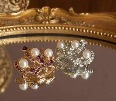 Jewelled crown brooch